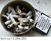 Сигаретные окурки в банке. Стоковое фото, фотограф Полухин Сергей / Фотобанк Лори