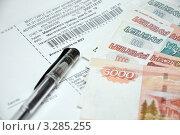 Купить «Квитанции на оплату ЖКХ и деньги», фото № 3285255, снято 24 февраля 2012 г. (c) Мастепанов Павел / Фотобанк Лори