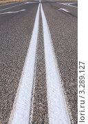 Купить «Разметка на асфальтированной дороге - разделительная полоса крупным планом», фото № 3289127, снято 20 сентября 2011 г. (c) Нелли Сабитова / Фотобанк Лори