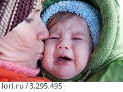 Купить «Бабушка успокаивает и целует своего плачущего внука», фото № 3295495, снято 25 февраля 2012 г. (c) Александр Куличенко / Фотобанк Лори