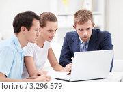 Купить «Два  молодых человека и  девушка  перед ноутбуком», фото № 3296579, снято 6 октября 2011 г. (c) Raev Denis / Фотобанк Лори
