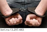 Купить «Арестованный человек в наручниках», фото № 3297443, снято 15 июля 2019 г. (c) Алексей Дмецов / Фотобанк Лори