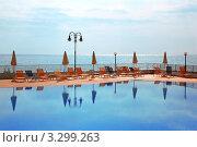 Купить «Лежаки и зонтики на морском курорте», фото № 3299263, снято 19 июля 2010 г. (c) Losevsky Pavel / Фотобанк Лори