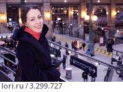 Купить «Улыбающаяся девушка на вокзале», фото № 3299727, снято 31 декабря 2009 г. (c) Losevsky Pavel / Фотобанк Лори