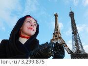 Купить «Красивая молодая женщина держит в руках сувенирную Эйфелеву башню на фоне настоящей башни», фото № 3299875, снято 2 января 2010 г. (c) Losevsky Pavel / Фотобанк Лори