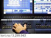 Купить «Пульт эквалайзера с ручками управления и экранами мониторов», фото № 3299943, снято 19 декабря 2010 г. (c) Losevsky Pavel / Фотобанк Лори