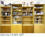 Купить «Шкаф с школьными физическими приборами», фото № 3301107, снято 14 октября 2010 г. (c) Losevsky Pavel / Фотобанк Лори