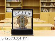Купить «Старый манометр в кабинете физики», фото № 3301111, снято 14 октября 2010 г. (c) Losevsky Pavel / Фотобанк Лори