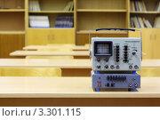 Купить «Осциллограф на столе в кабинете физики», фото № 3301115, снято 14 октября 2010 г. (c) Losevsky Pavel / Фотобанк Лори
