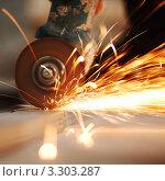 Купить «Болгарка. Летящие раскаленные искры», фото № 3303287, снято 25 июня 2019 г. (c) Иван Михайлов / Фотобанк Лори