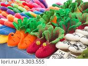 Купить «Разноцветные валяные тапочки. Суздаль», эксклюзивное фото № 3303555, снято 25 февраля 2012 г. (c) Оксана Гильман / Фотобанк Лори