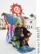 Купить «Три девушки рядом с чучелом масленицы. Суздаль», эксклюзивное фото № 3303571, снято 25 февраля 2012 г. (c) Оксана Гильман / Фотобанк Лори