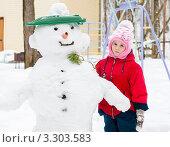 Купить «Маленькая девочка стоит рядом с большим снеговиком», эксклюзивное фото № 3303583, снято 26 февраля 2012 г. (c) Игорь Низов / Фотобанк Лори