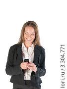 Купить «Молодая девушка читает сообщение на мобильном телефоне», фото № 3304771, снято 21 мая 2011 г. (c) Elena Monakhova / Фотобанк Лори