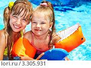 Купить «Ребенок с нарукавными повязками в плавательном бассейне», фото № 3305931, снято 28 августа 2011 г. (c) Gennadiy Poznyakov / Фотобанк Лори