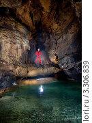 Спелеолог на подземном мосту над рекой. Стоковое фото, фотограф Кирилл Багрий / Фотобанк Лори