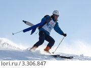 Купить «Ски-альпинист с камусом в руках спускается с горы», фото № 3306847, снято 4 февраля 2012 г. (c) А. А. Пирагис / Фотобанк Лори
