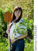 Купить «Молодая улыбающаяся девушка с лопатой и саженцем в саду», фото № 3310031, снято 25 мая 2011 г. (c) Яков Филимонов / Фотобанк Лори