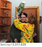 Встреча солдата из армии. Женщина обнимает сына-солдата, отслужившего в армии. (2011 год). Редакционное фото, фотограф Юрий Пирогов / Фотобанк Лори