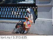 Купить «Старушка читает книжку. Углич», эксклюзивное фото № 3313635, снято 14 августа 2010 г. (c) lana1501 / Фотобанк Лори