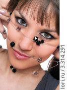 Купить «Портрет девушки, держащей бусы перед лицом», фото № 3314291, снято 18 апреля 2010 г. (c) Сергей Сухоруков / Фотобанк Лори