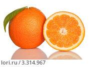 Свежие апельсины, целый и разрезанный изолированные на белом. Стоковое фото, фотограф Симон Герреро Ушаков / Фотобанк Лори