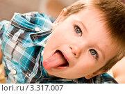 Малыш показывает язык. Стоковое фото, фотограф Сергей Высоцкий / Фотобанк Лори