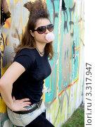Купить «Девушка - панк надувает пузырь из жвачки», фото № 3317947, снято 19 августа 2011 г. (c) Зореслава / Фотобанк Лори