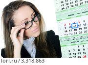 Купить «Деловая девушка в очках смотрит в календарь», фото № 3318863, снято 22 февраля 2012 г. (c) Воронин Владимир Сергеевич / Фотобанк Лори