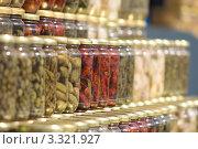 Ряды банок с соленьями на рынке. Стоковое фото, фотограф Екатерина Романова / Фотобанк Лори