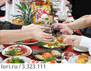 Купить «Вечеринка. Руки держат стаканы с алкогольными и прохладительными напитками над сервированным столом», фото № 3323111, снято 4 марта 2012 г. (c) Федор Королевский / Фотобанк Лори