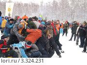 Куча людей на зимнем празднике (2009 год). Редакционное фото, фотограф Потолоков Роман Игоревич / Фотобанк Лори