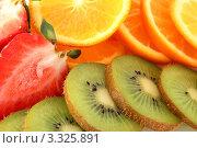 Нарезанные, киви, клубника, мандарины. Стоковое фото, фотограф Дмитрий Антонов / Фотобанк Лори