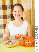 Купить «Женщина готовит помидоры с начинкой», фото № 3327495, снято 14 ноября 2010 г. (c) Яков Филимонов / Фотобанк Лори