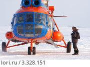 Купить «Заполярная авиация, Пассажир перед посадкой на борт вертолета», фото № 3328151, снято 18 февраля 2012 г. (c) Пьянков Александр / Фотобанк Лори