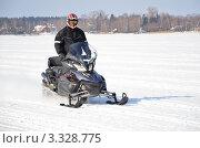 Купить «Мужчина едет на снегоходе», эксклюзивное фото № 3328775, снято 8 марта 2012 г. (c) Елена Коромыслова / Фотобанк Лори