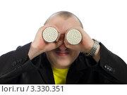 Мужчина держит две светодиодные лампы у глаз. Стоковое фото, фотограф Виталий Верхозин / Фотобанк Лори