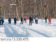 Игра в волейбол в зимнем парке (2012 год). Редакционное фото, фотограф Сергей Родин / Фотобанк Лори