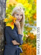 Купить «Красивая светловолосая девушка с букетом желтых листьев в осеннем парке», фото № 3332555, снято 13 сентября 2011 г. (c) Serg Zastavkin / Фотобанк Лори