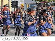 Мужчины и женщины в костюмах полицейских на карнавале в Лимасоле, Кипр (2011 год). Редакционное фото, фотограф Павел Михеев / Фотобанк Лори