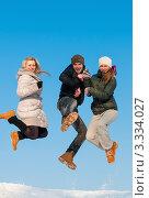 Купить «Парень и две девушки в прыжке  на фоне голубого неба», эксклюзивное фото № 3334027, снято 9 марта 2012 г. (c) Игорь Низов / Фотобанк Лори