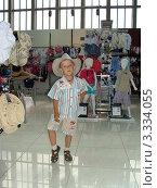 Мальчик в шляпе позирует (2009 год). Редакционное фото, фотограф Валерий Борисенко / Фотобанк Лори