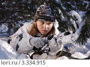 Купить «Девушка-снайпер в зимнем белом камуфляже с винтовкой СВД лежит в снегу», фото № 3334915, снято 29 января 2012 г. (c) Дмитрий Черевко / Фотобанк Лори