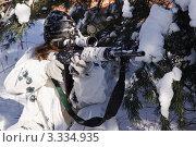 Купить «Девушка снайпер в зимнем камуфляже с винтовкой СВД прицеливается», фото № 3334935, снято 29 января 2012 г. (c) Дмитрий Черевко / Фотобанк Лори