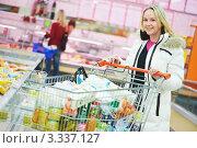 Купить «Улыбающаяся молодая женщина с продуктовой тележкой в супермаркете», фото № 3337127, снято 4 января 2012 г. (c) Дмитрий Калиновский / Фотобанк Лори