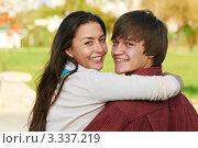 Купить «Счастливая молодая пара на свежем воздухе», фото № 3337219, снято 23 сентября 2011 г. (c) Дмитрий Калиновский / Фотобанк Лори