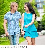 Купить «Молодая пара гуляет по парку летом», фото № 3337611, снято 28 июля 2011 г. (c) Александр Маркин / Фотобанк Лори