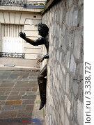 Купить «Человек, проходящий сквозь стену, скульптура. Париж, Франция», фото № 3338727, снято 28 декабря 2011 г. (c) Светлана Колобова / Фотобанк Лори