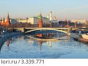 Кремль, Москва-река и Большой Каменный мост в лучах заката (2012 год). Стоковое фото, фотограф Валерия Попова / Фотобанк Лори