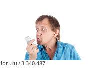 Пожилой мужчина целует свой мобильный телефон. Стоковое фото, фотограф lanych / Фотобанк Лори